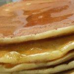 Tortitas con cuajada y sirope de caramelo