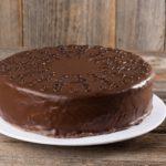 Bizcocho con cobertura de almendras y chocolate