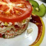 Ensalada de arroz con hierbas aromáticas, frutos secos y aguacate