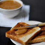 Natillas de coco con pan tostado