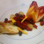 Ensalada de endibias, chistorra, mango y uvas.