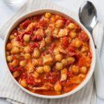 Garbanzos con tomate, piquillos y atún