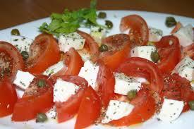 Ensalada de mozzarella y tomate con aceite de albahaca