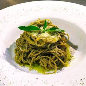 Espaguetis con salsa pesto de alcaparras