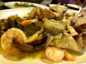 Alcachofas salteadas con langostinos y espárragos