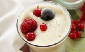 Yogur de chocolate blanco y arándanos