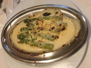 Espárragos gratinados con queso