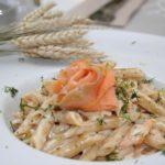 Pasta con salmón, espinacas y queso