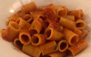 Penne en salsa de tomate y amaranto