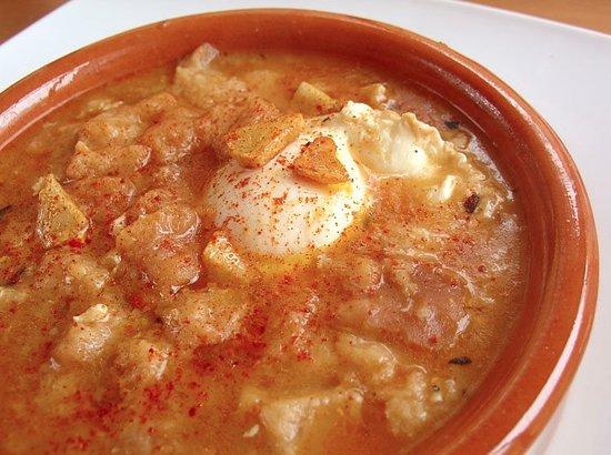 Sopa con tosta de queso y huevo