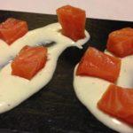 Salmón sobre salsa de yogurt